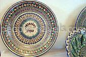Keramische Souvenirs Usbekistans: Lagans, Teller und Zahlreiche der Töpferwaren