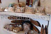 Holz und Metall: Messer, Schmucksachen, Holzschnitzerei