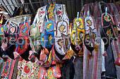 Usbekische nationale Kleidung: Stickerei, Pelz, Hüte